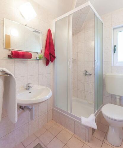 8 a4k3 vila nela tucepi bathroom1b