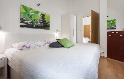 8v g a4k3 bedroom1c