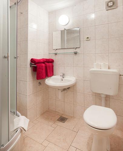 9 a4k3 vila nela tucepi bathroom1