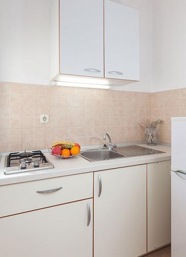 4 a31k1 vila nela tucepi kitchen1