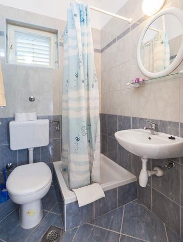 3 a22k1 vila nela tucepi bathroom1