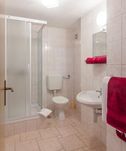 2 a4k1 vila nela tucepi bathroom1a