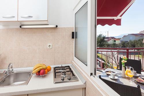 2 a4k1 vila nela tucepi kitchen1