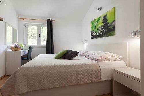 8v g a4k3 bedroom1a